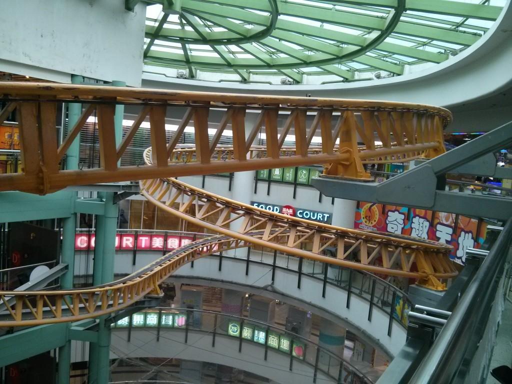 Achterbahnstrecke im Einkaufszentrum
