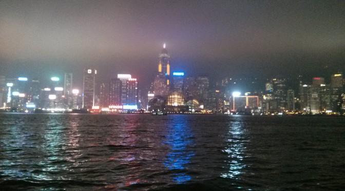 Der Hafen von Hongkong bei Nacht