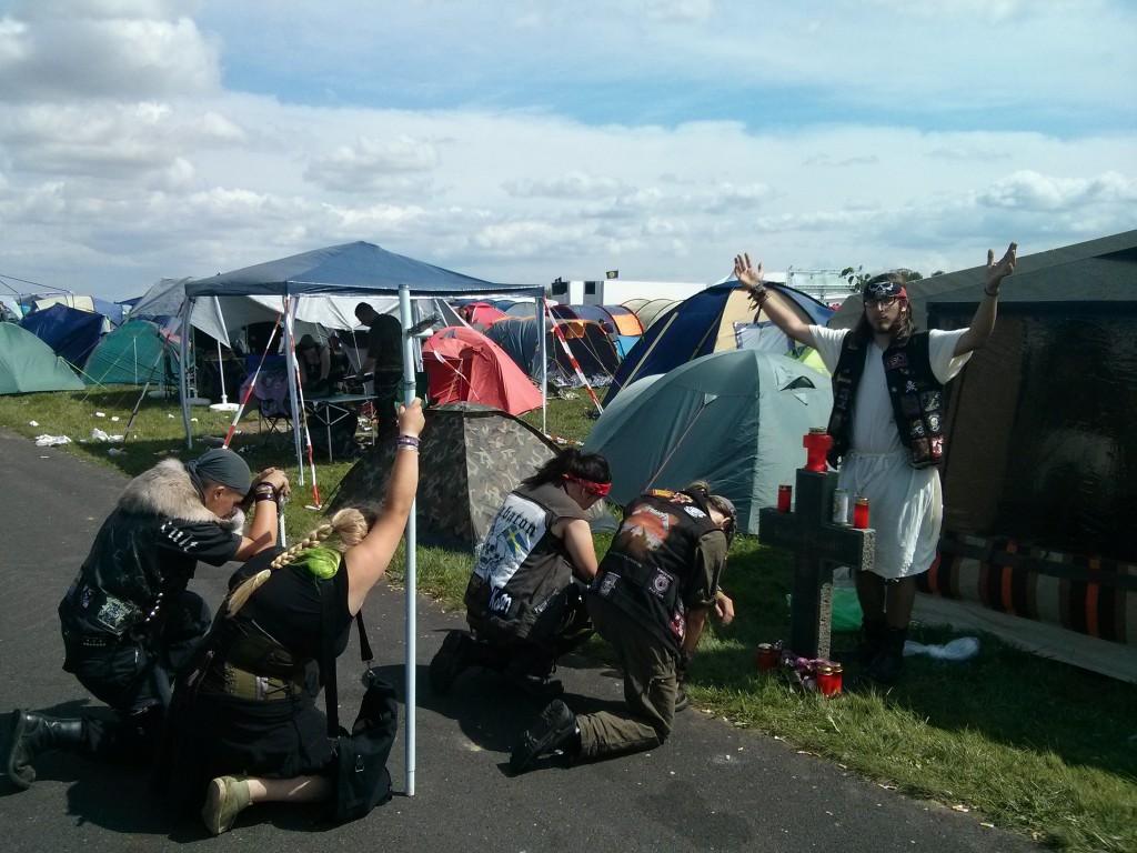 """Personen verbeugen sich vor """"heiliger"""" Person auf dem Mera Luna 2014"""
