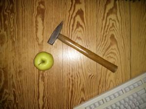Life Hacking Stillleben Hammer Apfel Tastatur