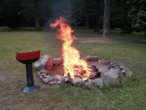 Feuerstelle mit Lagerfeuer bei Schloss Heinrichshorst
