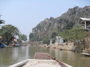 Aussicht vom Boot auf dem Fluss Ngo Dong in Vietnam (Reisetagebuch Vietnam: Auf dem Ngo Dong und in der trockenen Halong Bucht)