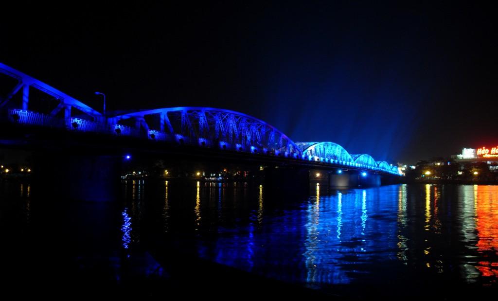 Blaue Brücke über den Parfüm Fluss in Hue bei Nacht