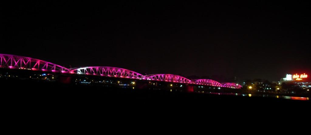 Pinke Brücke über den Parfüm Fluss in Hue bei Nacht