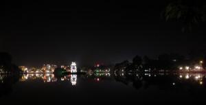 Der Schildkröten-Turm in Hanoi beleuchtet bei Nacht (Reisetagebuch Vietnam: Die Affen in der Ha Long Bucht und wieder Hanoi)