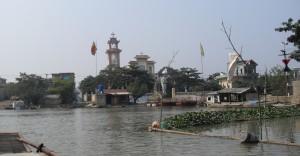 Dorf am Fluss Ngo Dong in Vietnam (Reisetagebuch Vietnam: Auf dem Ngo Dong und in der trockenen Ha Long Bucht)