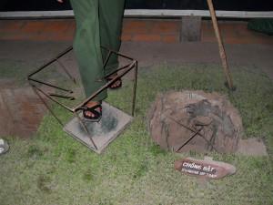 Präsentation eine Tritt-Falle bei den Cu Chi Tunneln in Thanh Pho Ho Chi Minh (Reisetagebuch Vietnam: Die Cu-Chi-Tunnel)