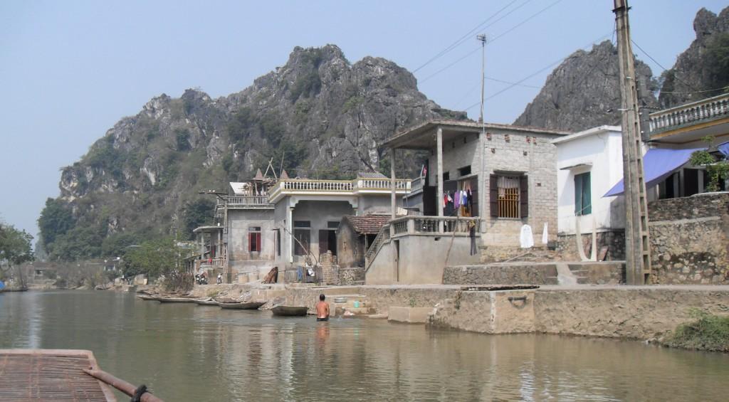 Haeuser am Fluss Ngo Dong Vietnam
