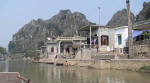 Haeuser am Fluss Ngo Dong Vietnam (Reisetagebuch Vietnam: Auf dem Ngo Dong und in der trockenen Ha Long Bucht)