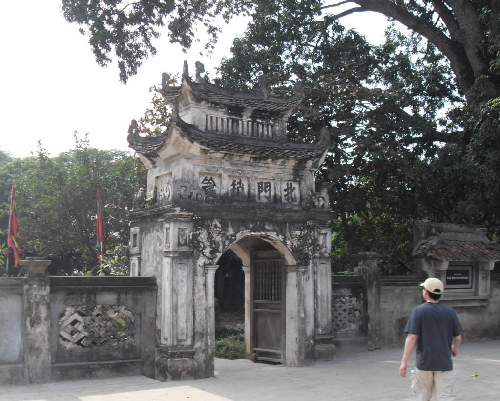 Einganz zum Tempel bei Hoa Lu in Vietnam