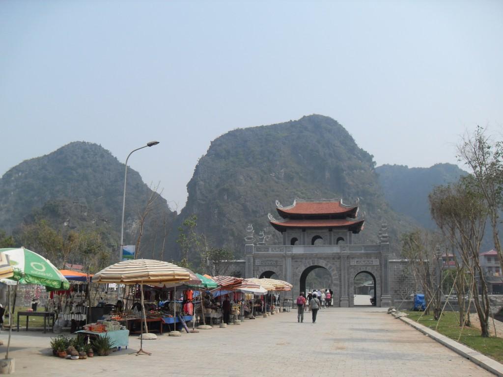 Stadttor von Hoa Lu in Vietnam mit Marktstaenden