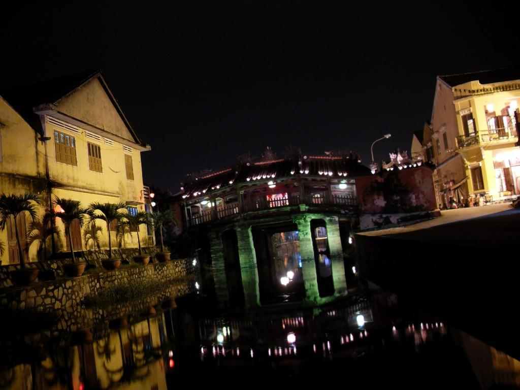 Die japanische Brücke Chua Cau in Hoi An in Vietnam bei Nacht