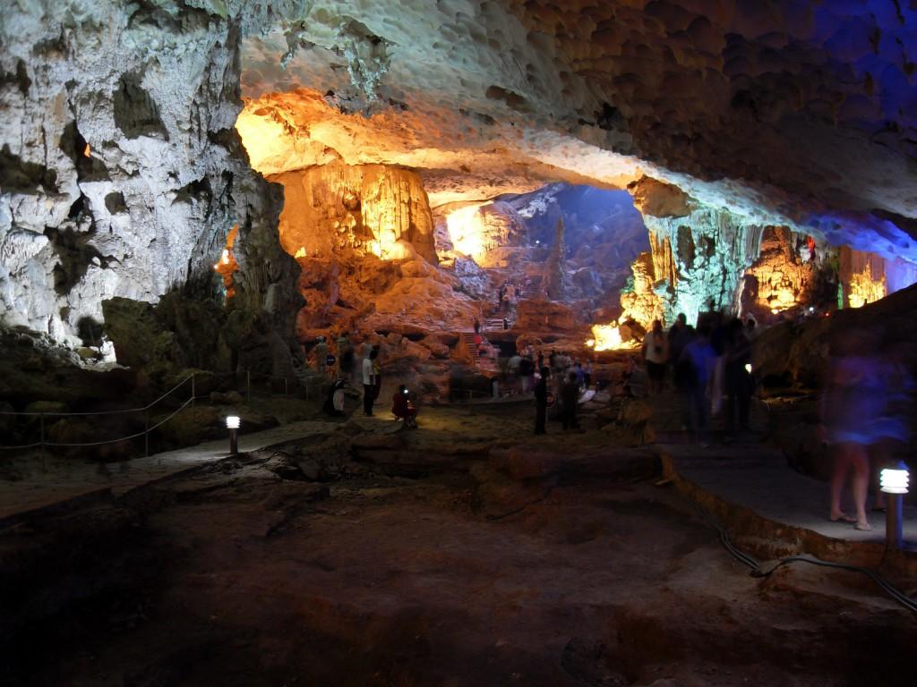 Kalk- und Tropfsteinhöhlen in der Ha Long Bucht in Vietnam