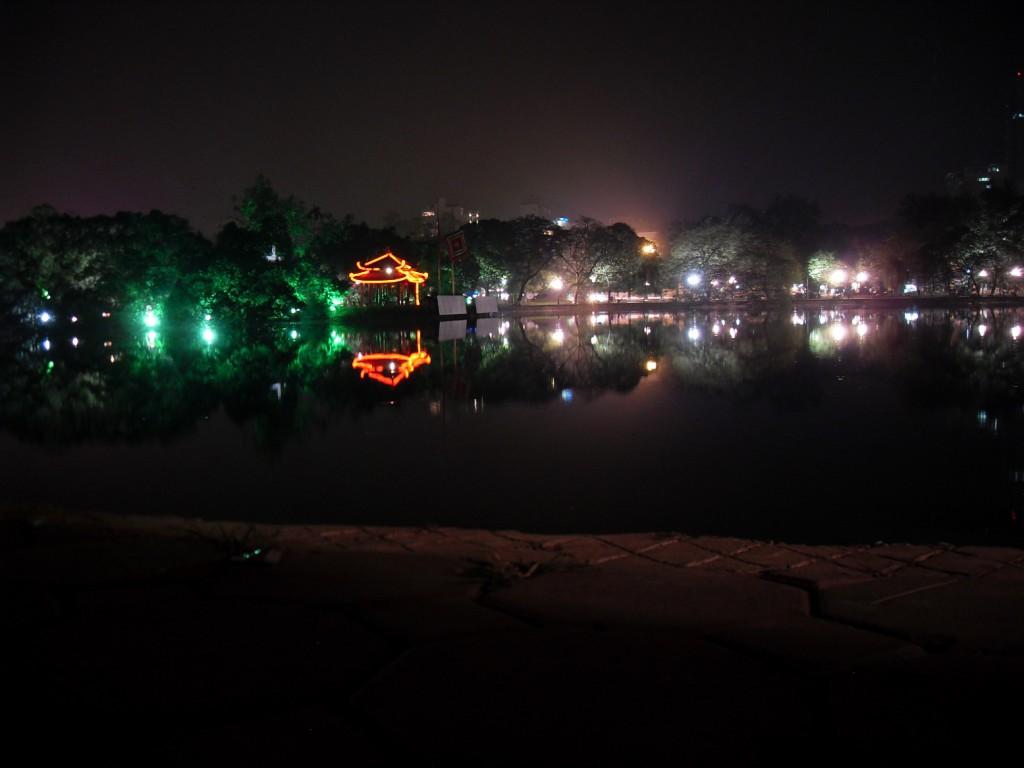 Ngoc Son Tempel im Hoan Kiem See in Hanoi Vietnam bei Nacht