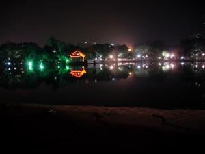 Ngoc Son Tempel im Hoan Kiem See in Hanoi Vietnam bei Nacht (Reisetagebuch Vietnam: Die Affen in der Ha Long Bucht und wieder Hanoi)