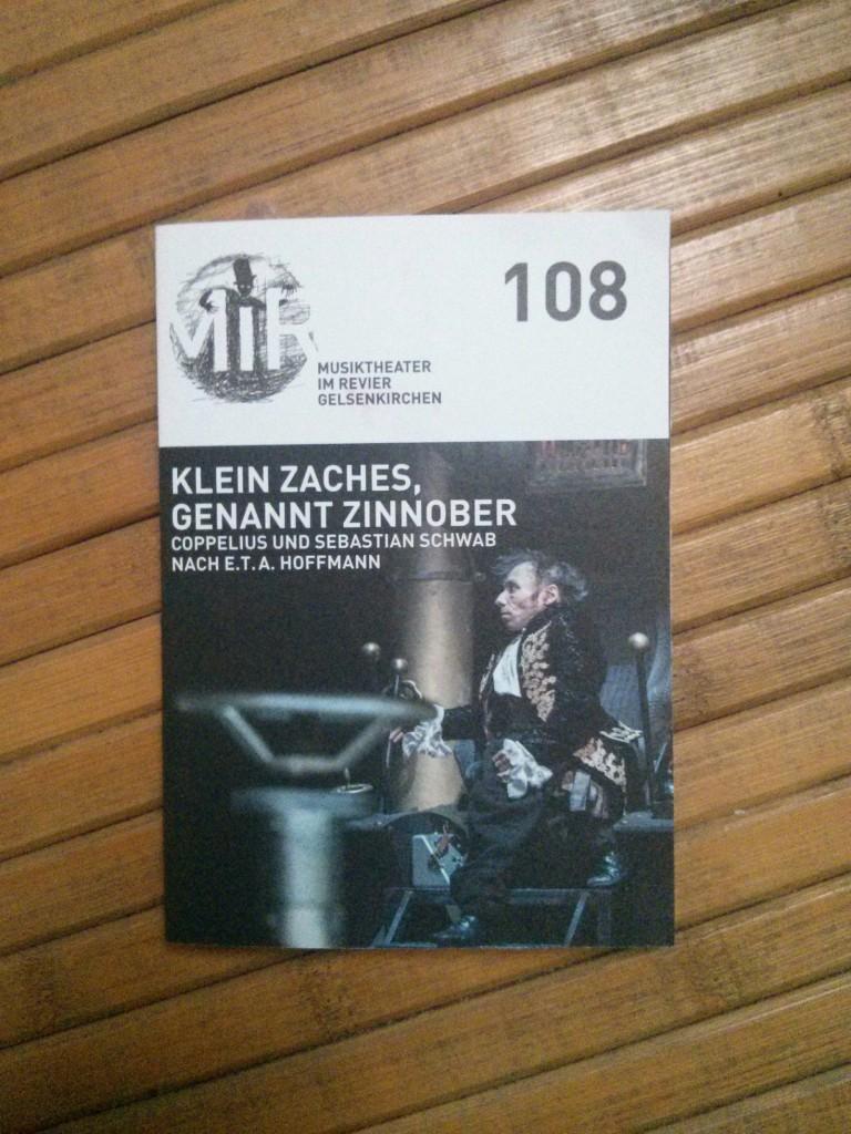 """Programmheft zur Weltpremiere der Steampunk-Oper """"Klein Zaches, genannt Zinnober"""" von Coppelius"""