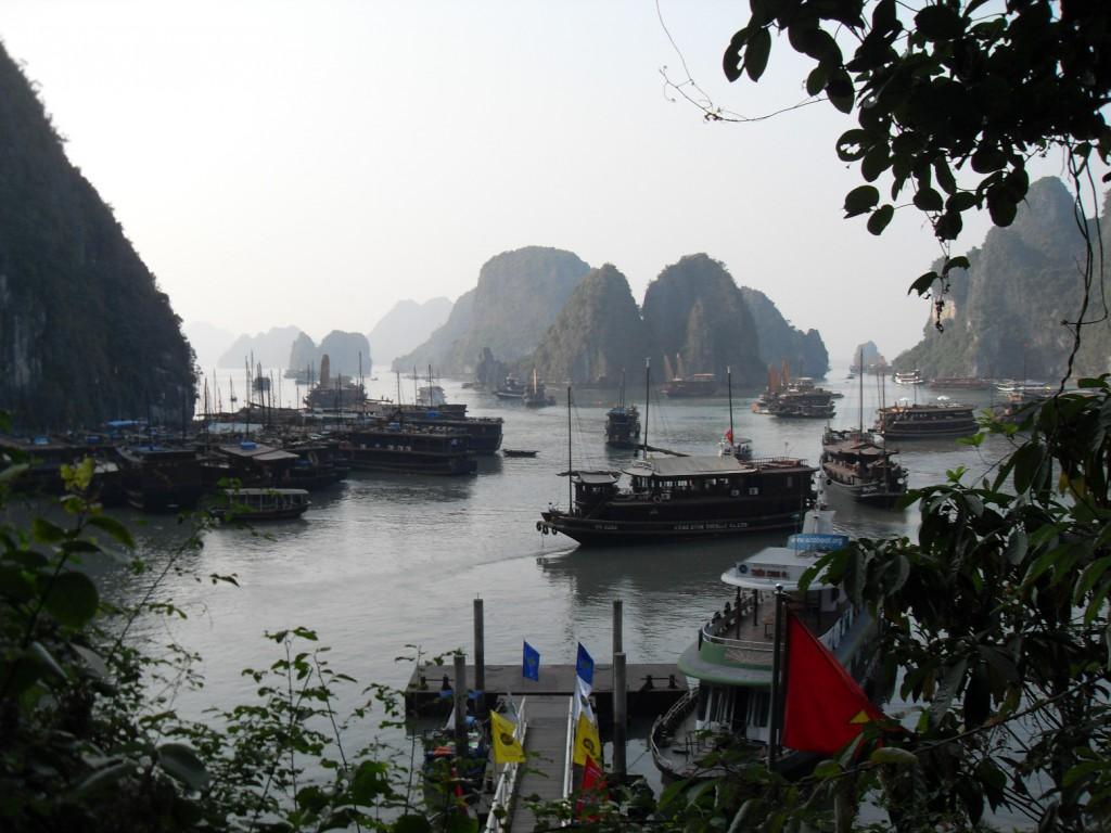 Dschunken und andere Schiffe in der Ha Long Bucht in Vietnam