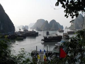 Dschunken und andere Schiffe in der Ha Long Bucht in Vietnam (Reisetagebuch Vietnam: Auf einer Dschunke in der Ha Long Bucht)