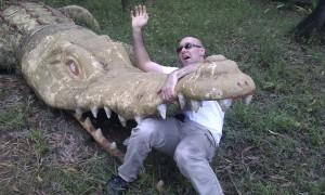 Ich im Maul eines Krokodiles aus Stein (Reisetagebuch Vietnam: Besuch eines alten Vietcong-Lagers im Mangrovenwald)