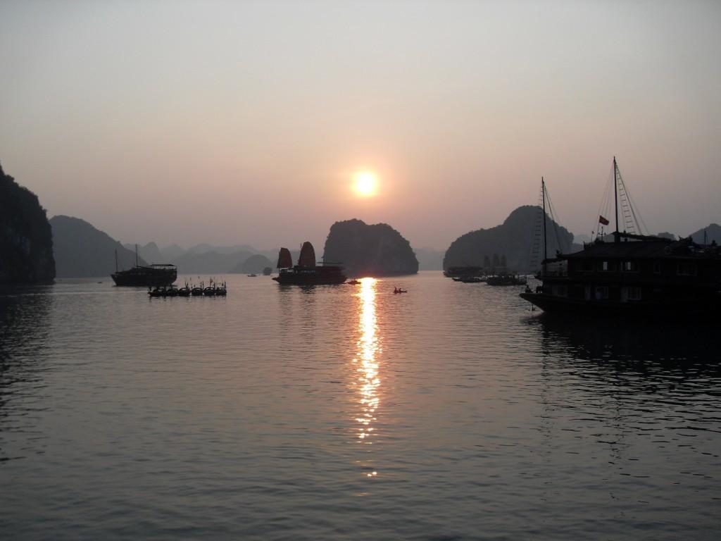 Sonnenuntergang in der Ha Long Bucht in Vietnam