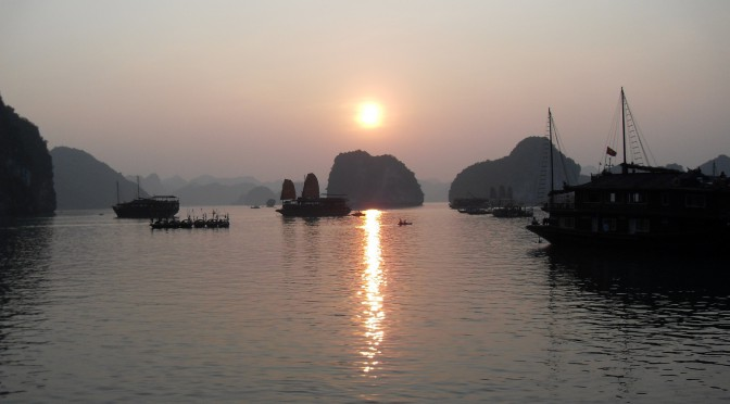 Sonnenuntergang in der Ha Long Bucht in Vietnam