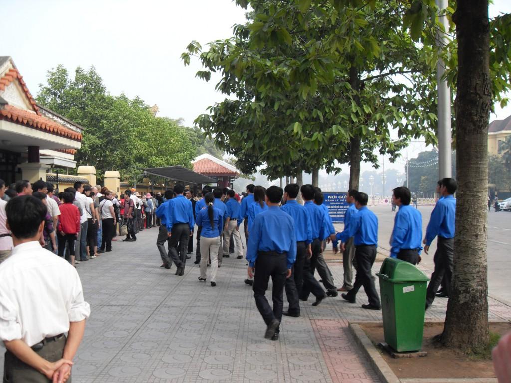 Besucher vor Mausoleum in Hanoi in Vietnam