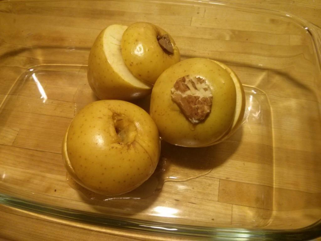 Bratäpfel mit Snickers, Kinderschokolade und Marzipan gefüllt nach dem Braten am Weltbratapfeltag