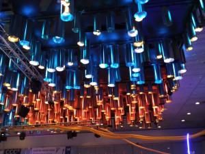Decke aus Röhren und Leitungen der Seidenstraße beim 32C3 Chaos Communication Congress