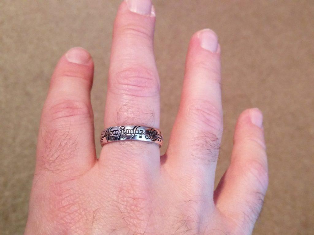 Der eine Ring mit gälischer Schrift