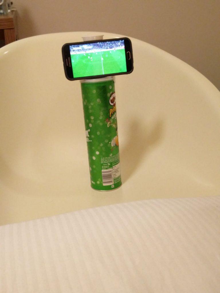 Fernsehen auf dem Smartphone mit wackeliger Konstruktion