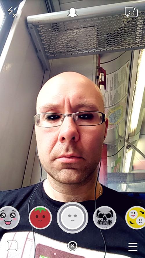 Snapchat Gesichtsfilter dunkle Augen im Einsatz