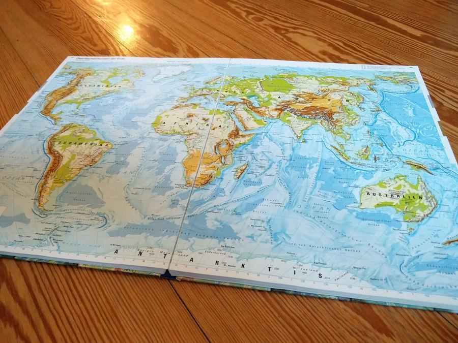 Weltkarte im Atlas zeigt Kontinente