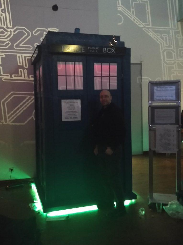 33C3 Ich bei der TARDIS als Nachbau in Originalgröße auf dem Chaos Communication Congress in Hamburg