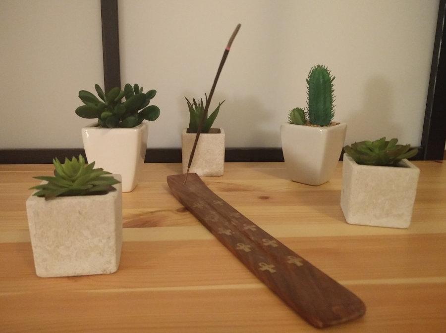 Räucherstäbchen und Pflanzen für eine gute Work-Life-Balance