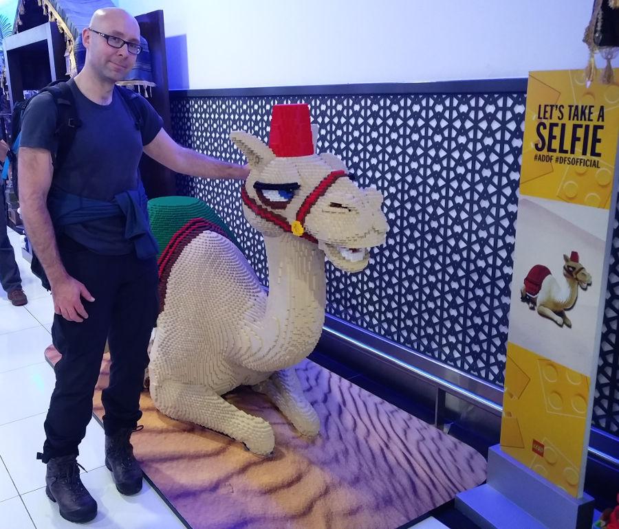 Ich und ein Lego Kamel auf dem Abu Dhabi Airport von von DFS Official
