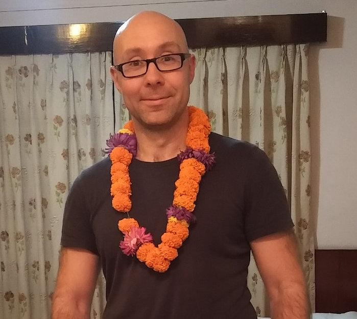 Ich mit Begrüßungs-Blumenkette und Jetlag in Kathmandu