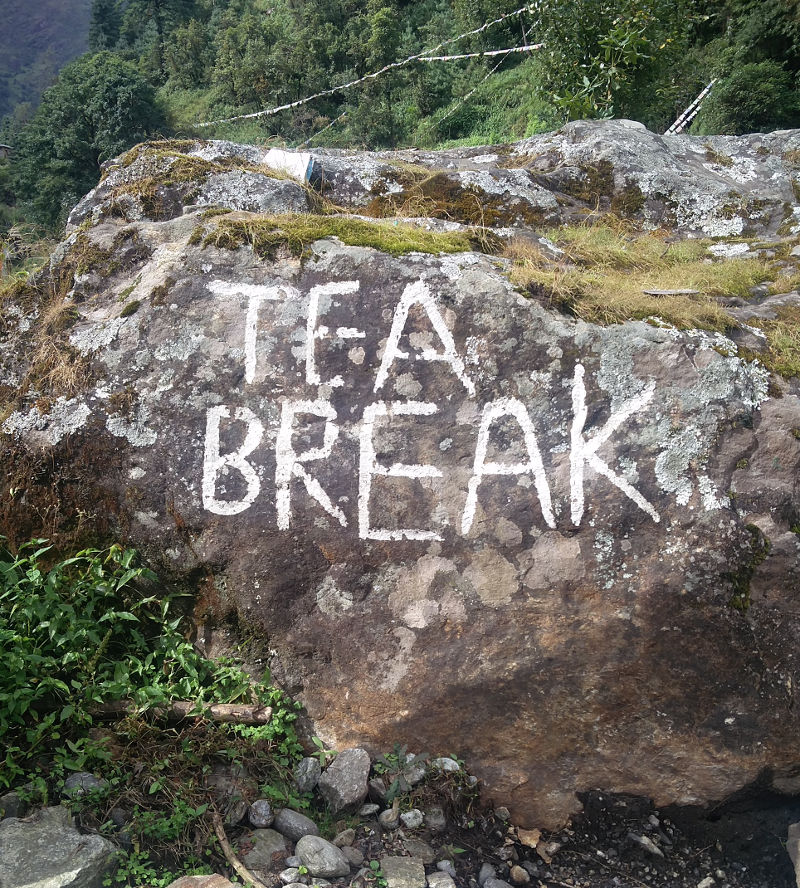 Fels mit Beschriftung Tea Break, also Tee-Pause in Nepal