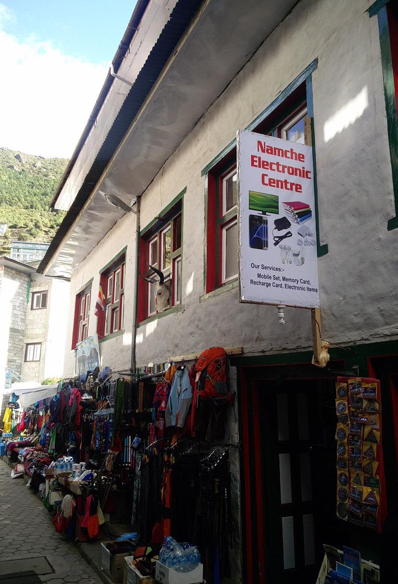 Gasse mit Läden in Namche Bazar