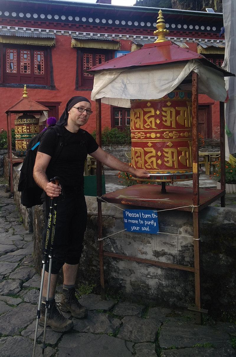 Ich an einer Gebetsmühle in Nepal