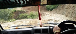 Schlammiger Weg im Jeep nach Phaplu (Nepal: Mit dem Jeep nach nach Phaplu)