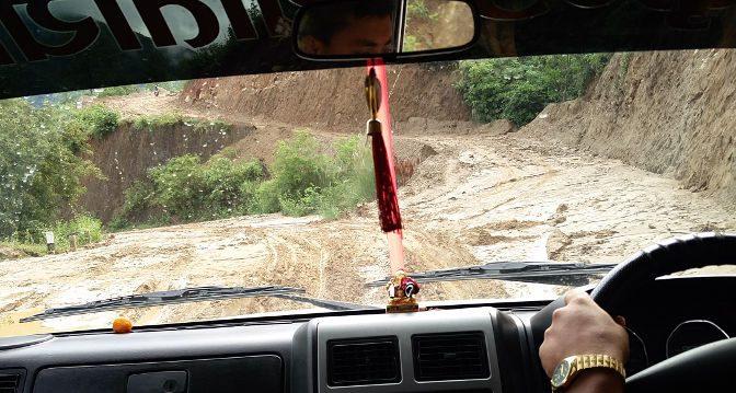 Schlammiger Weg im Jeep nach Phaplu