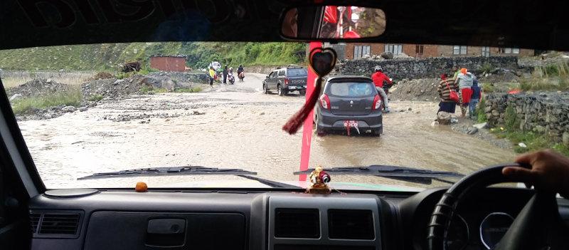 Überflutung auf unserem Weg im Jeep nach Phaplu