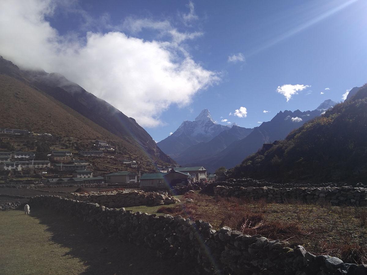 Die Landschaft am Morgen in Khumjung Valley