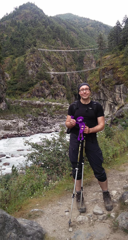 Mit Knoten Knut vor der Hillary Bridge und dem Milk River in Nepal