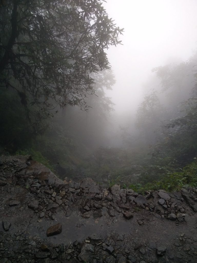 Nebelige Mordor Landschaft bei Payia in Nepal