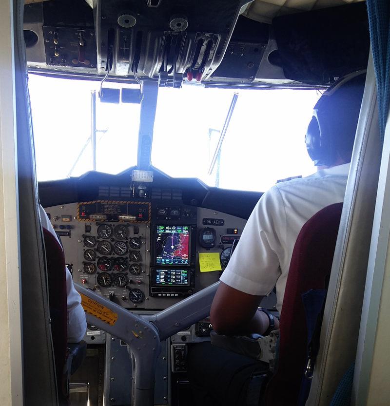 Flugzeug Cockpit der Tara Air Maschine mit Instrumententafel