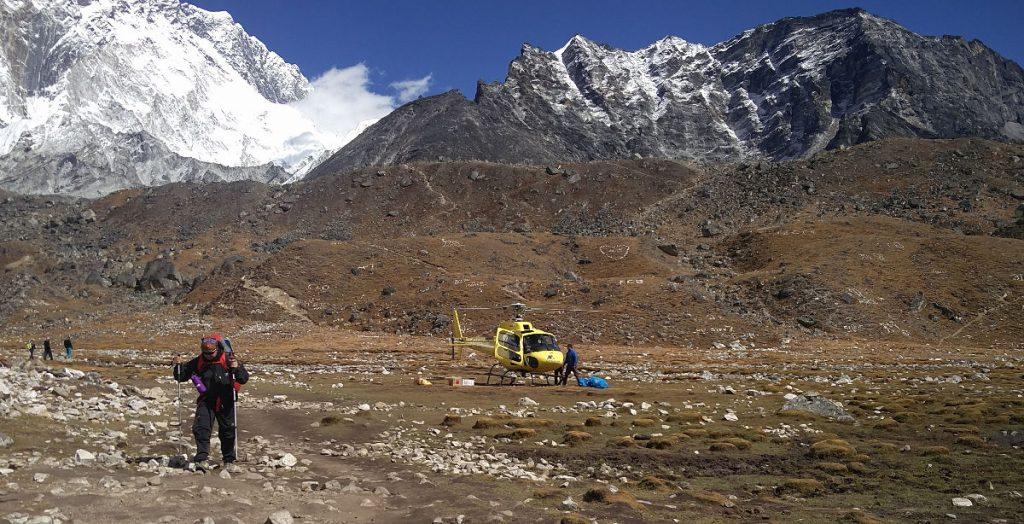 Hubschrauber Landeplatz von Lobuche im Hintergrund Steinzeichen auf den Hügeln