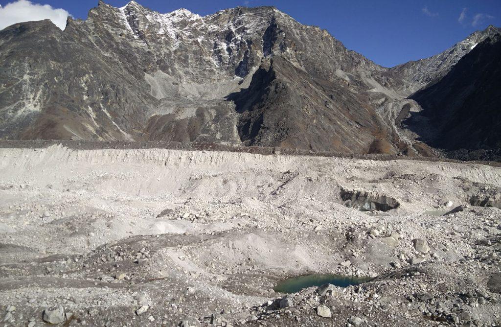 Krater- und Mondlanschaft bei Lobuche in Nepal