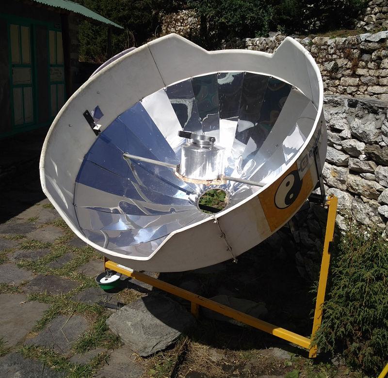 Parabolspiegel zur Nutzung der Solarkraft in Nepal