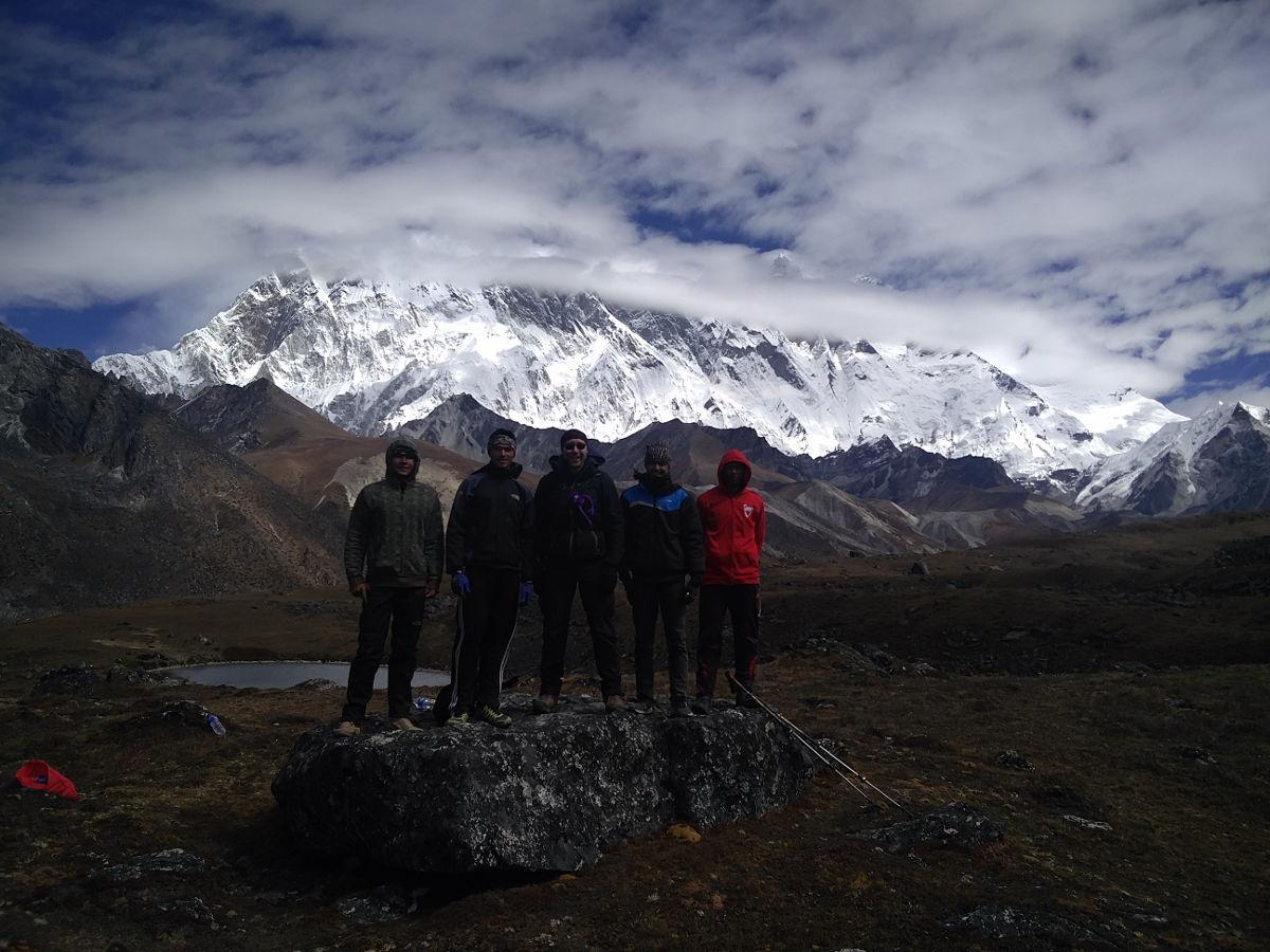 Unsere Träger bzw. Porter mit mir beim Ama Dablam in Nepal